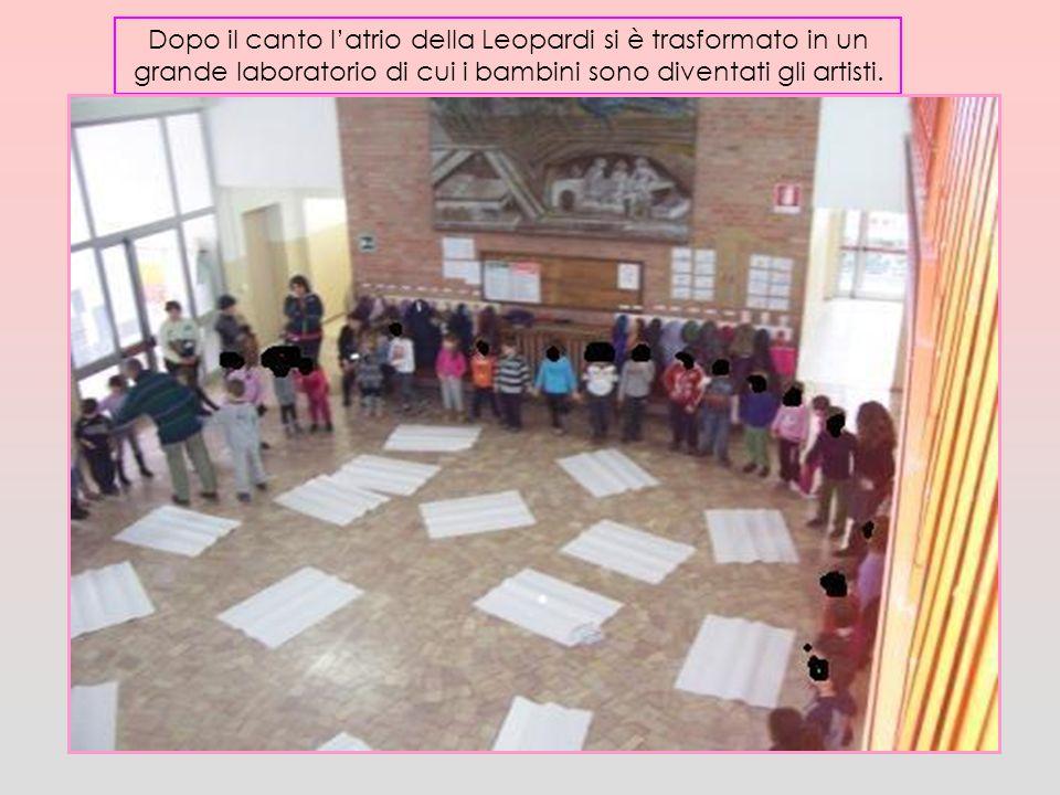Dopo il canto l'atrio della Leopardi si è trasformato in un grande laboratorio di cui i bambini sono diventati gli artisti.