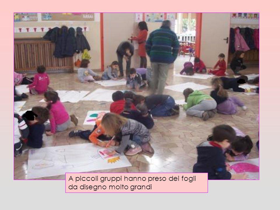 A piccoli gruppi hanno preso dei fogli da disegno molto grandi