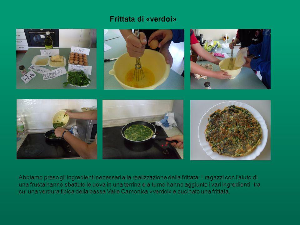 Frittata di «verdoi» Abbiamo preso gli ingredienti necessari alla realizzazione della frittata. I ragazzi con l'aiuto di una frusta hanno sbattuto le