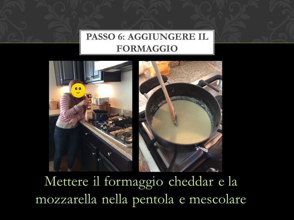 Mettere il formaggio cheddar e la mozzarella nella pentola e mescolare PASSO 6: AGGIUNGERE IL FORMAGGIO