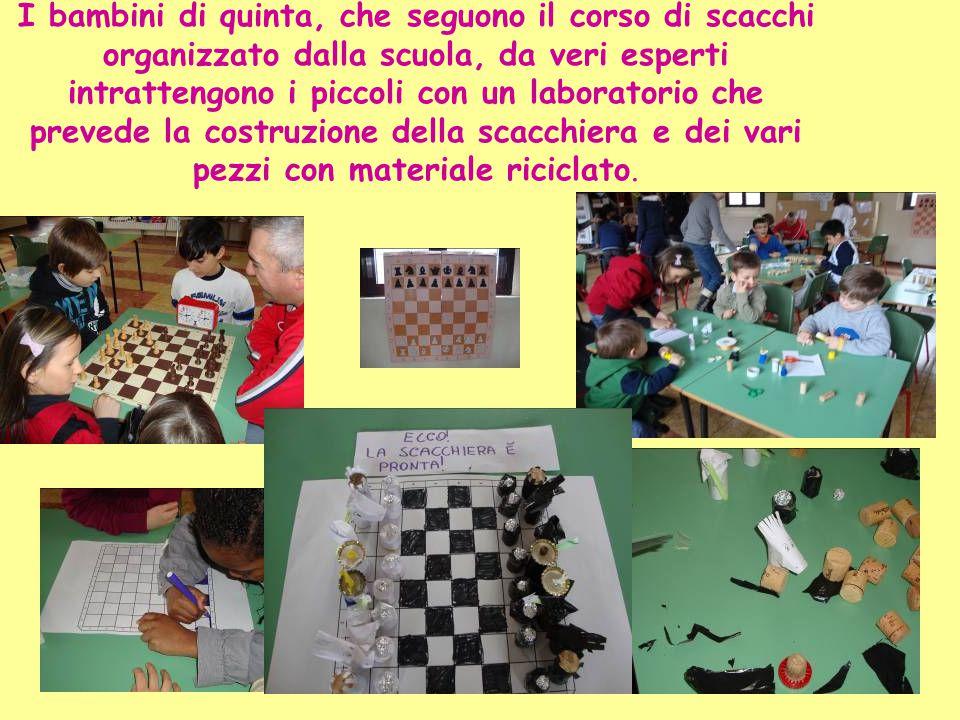 I bambini di quinta, che seguono il corso di scacchi organizzato dalla scuola, da veri esperti intrattengono i piccoli con un laboratorio che prevede