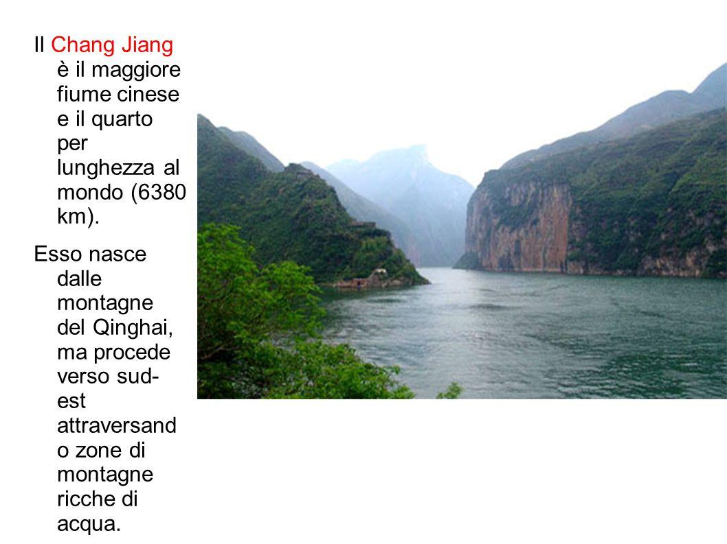 Il Chang Jiang è il maggiore fiume cinese e il quarto per lunghezza al mondo (6380 km). Esso nasce dalle montagne del Qinghai, ma procede verso sud- e