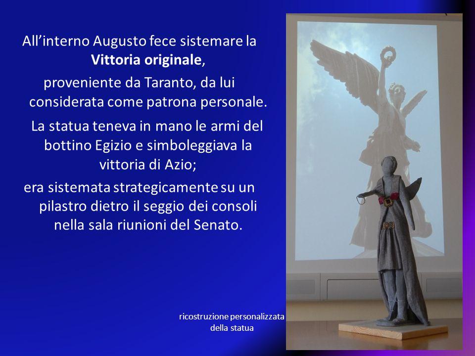 All'interno Augusto fece sistemare la Vittoria originale, proveniente da Taranto, da lui considerata come patrona personale. La statua teneva in mano