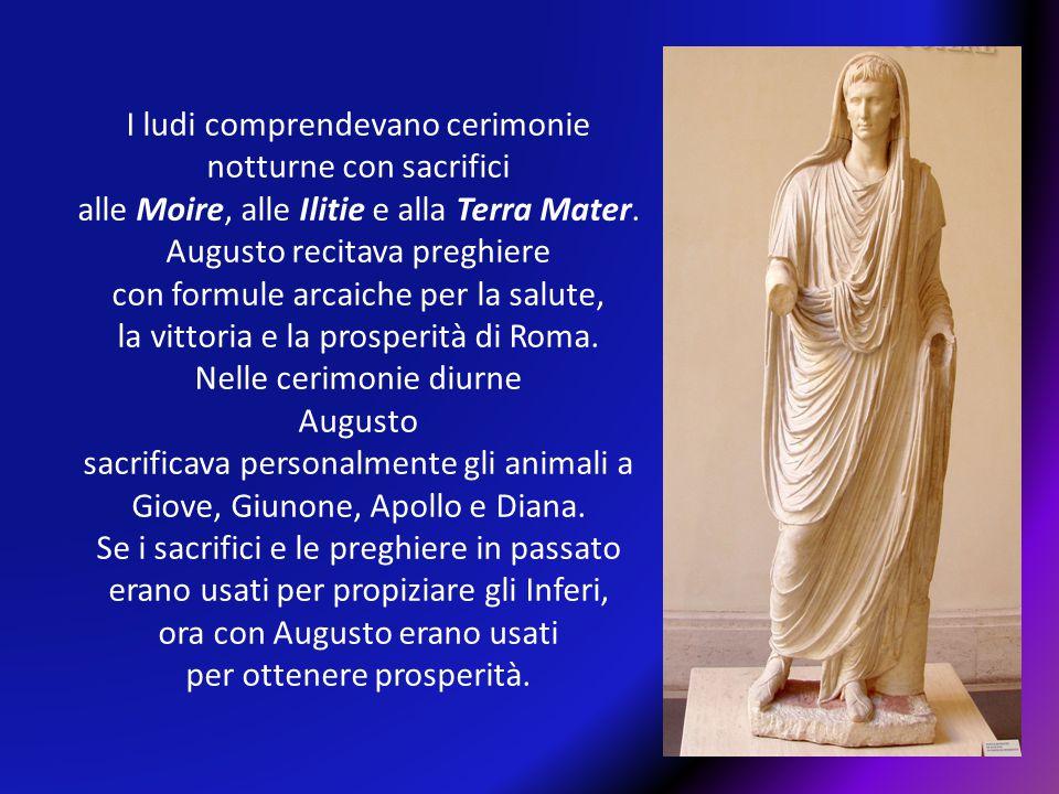 I ludi comprendevano cerimonie notturne con sacrifici alle Moire, alle Ilitie e alla Terra Mater. Augusto recitava preghiere con formule arcaiche per