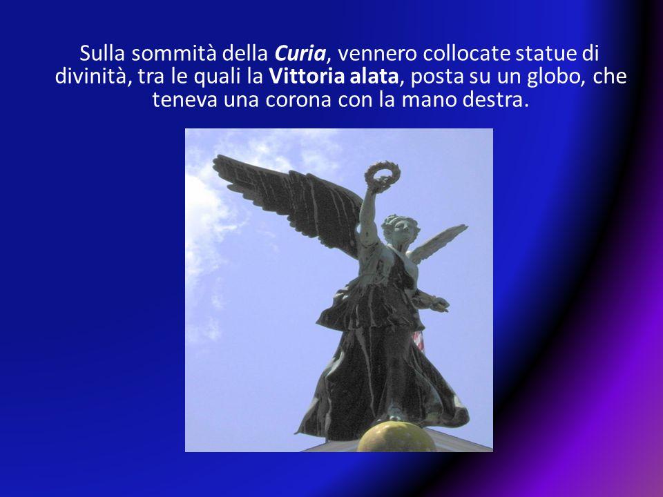 Sulla sommità della Curia, vennero collocate statue di divinità, tra le quali la Vittoria alata, posta su un globo, che teneva una corona con la mano