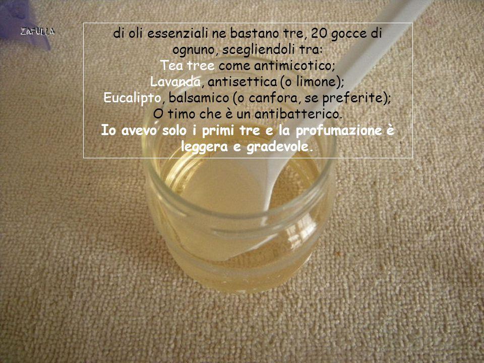 Se vogliamo aggiungere gli oli essenziali, spendendo un po' di più, potenzieremo l'azione già di assorbiodori, trasformandolo in disinfettante/deodorante; gli oli si sciolgono nell' alcool prima di miscelare con la soluzione di bicarbonato.