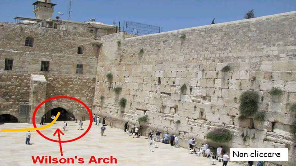 Le fotografie seguono il percorso dal Muro delle Lamentazioni, fino al luogo dove si riuniva il sinedrio e dove Pietro era imprigionato.