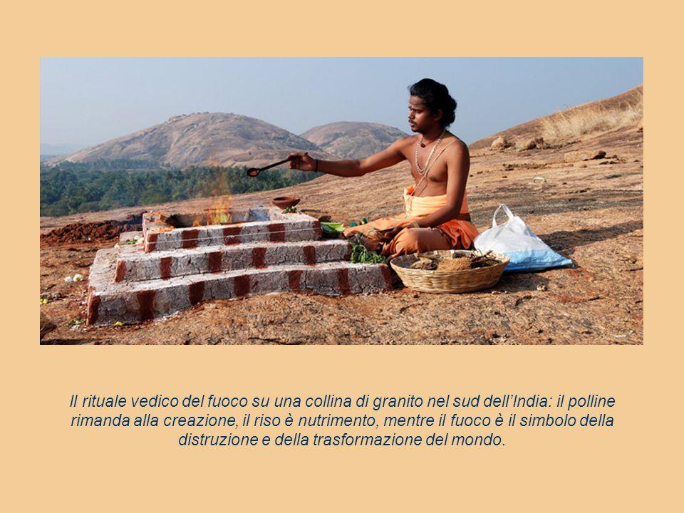 Il rituale vedico del fuoco su una collina di granito nel sud dell'India: il polline rimanda alla creazione, il riso è nutrimento, mentre il fuoco è i