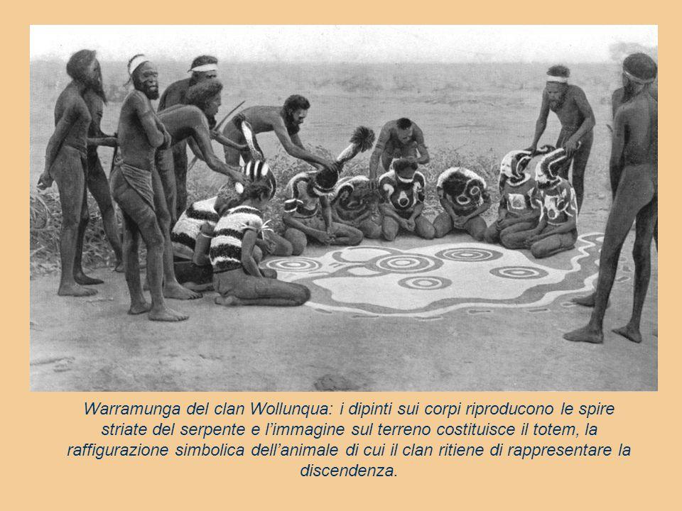 Warramunga del clan Wollunqua: i dipinti sui corpi riproducono le spire striate del serpente e l'immagine sul terreno costituisce il totem, la raffigu