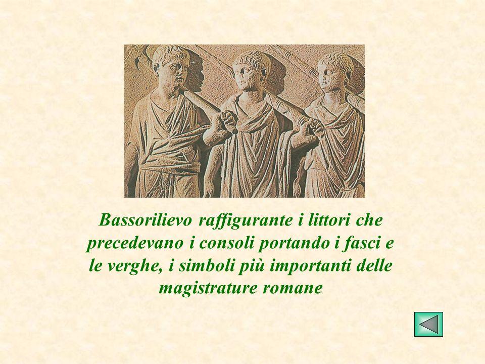 Bassorilievo raffigurante i littori che precedevano i consoli portando i fasci e le verghe, i simboli più importanti delle magistrature romane