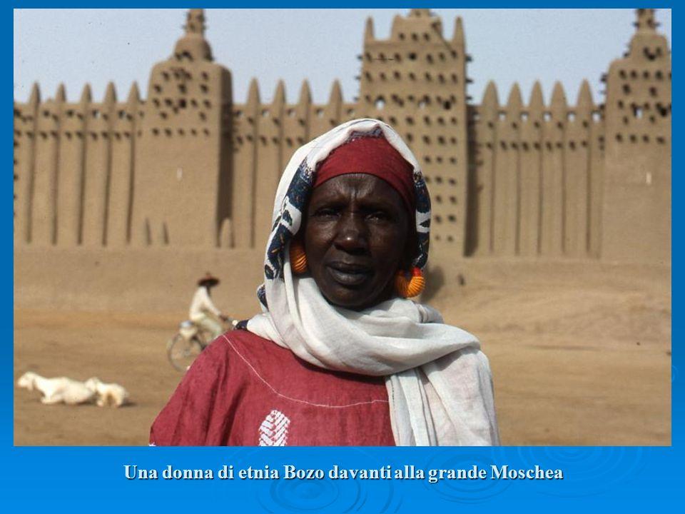 Una donna di etnia Bozo davanti alla grande Moschea