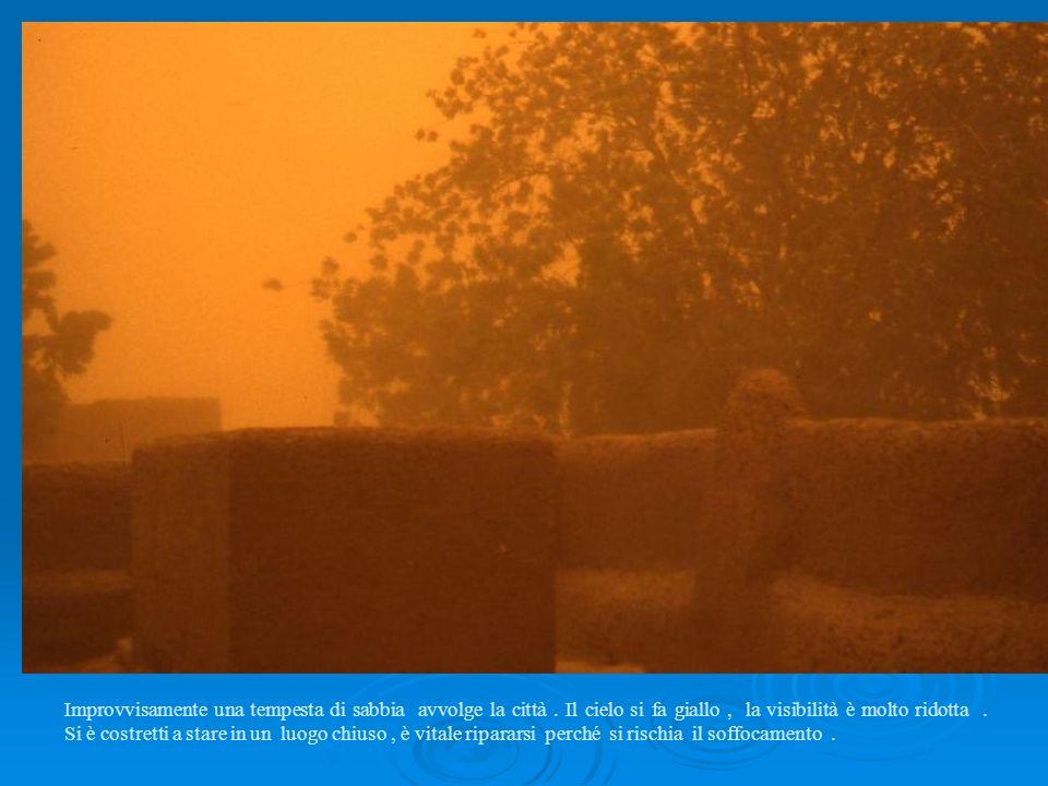 Improvvisamente una tempesta di sabbia avvolge la città. Il cielo si fa giallo, la visibilità è molto ridotta. Si è costretti a stare in un luogo chiu