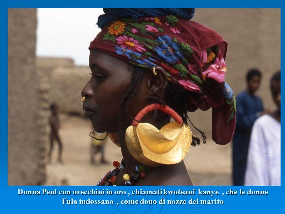 Donna Peul con orecchini in oro, chiamati kwoteani kanye, che le donne Fula indossano, come dono di nozze del marito