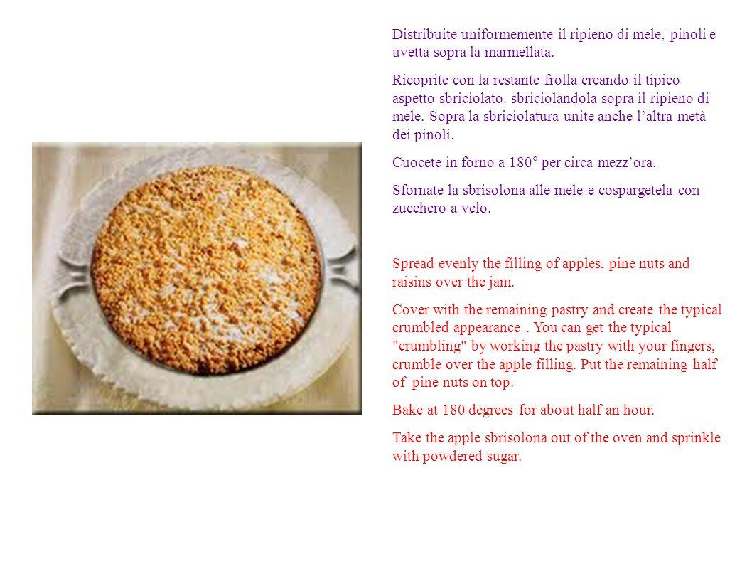 Distribuite uniformemente il ripieno di mele, pinoli e uvetta sopra la marmellata. Ricoprite con la restante frolla creando il tipico aspetto sbriciol