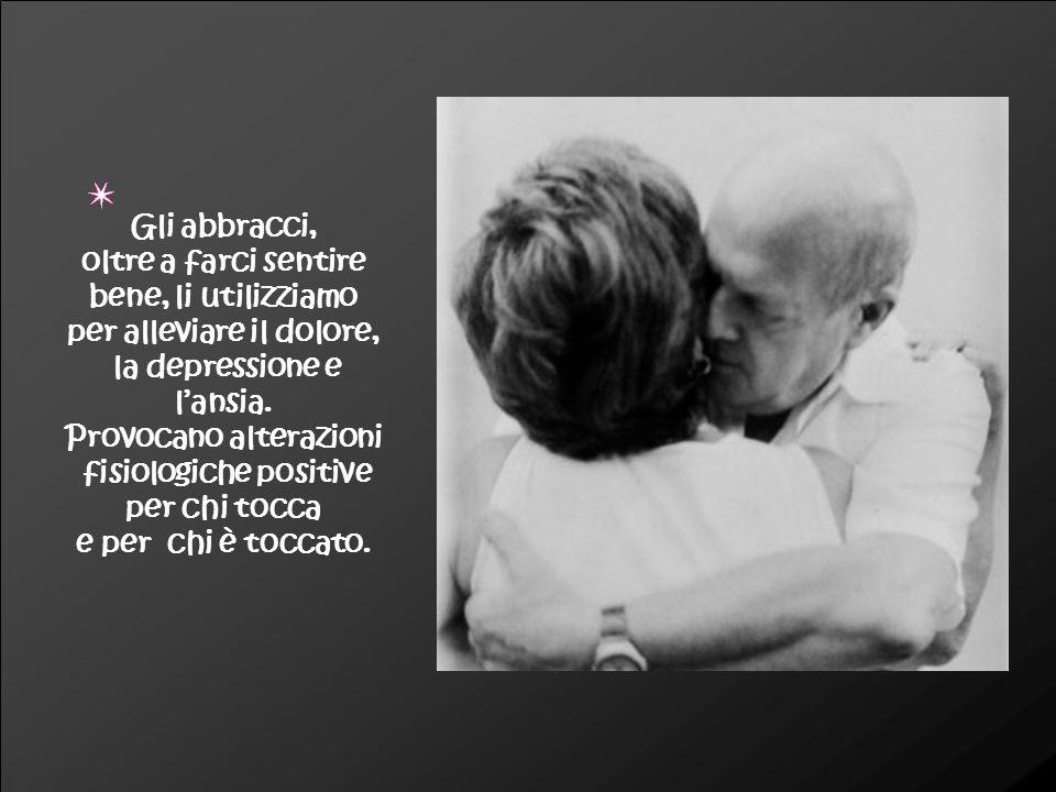 UN ABBRACCIO fa e dice moltissimo: abbraccia il tuo amico, abbraccia il tuo essere amato, abbraccia i tuoi bambini, abbraccia i tuoi vecchi, ABBRACCIALI TUTTI Di massima, un abbraccio sentito non risulta abbia mai fatto male a nessuno (tranne che non sia di un « boa constrictor ») e anzi, come del sorriso, anche dell abbraccio, ne ha più bisogno chi non sa donarne .