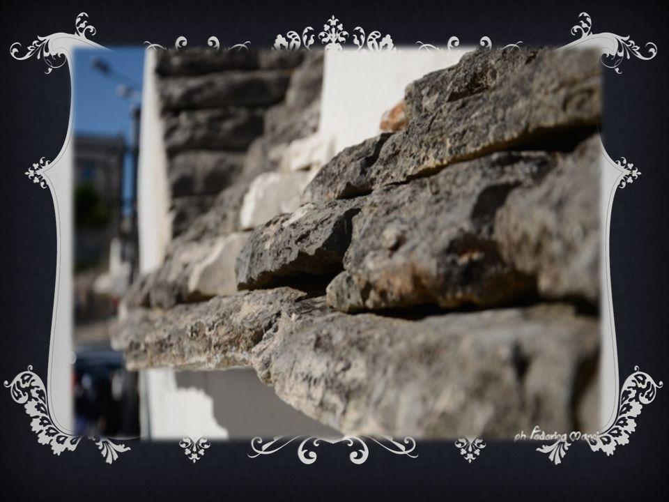 «Sono minuscole capanne tonde, dal tetto a cono aguzzo, in cui pare non possa entrare se non un popolo di omini, ognuna con un piccolo comignolo ed una finestrella da bambola, e con quella buffa intonacatura in cima al cono, che è la civetteria della pulizia, e dà l'impressione di un berretto da notte ritto sul cocuzzolo d'un pagliaccio, con anche, per soprammercato, una croce o una stella in fronte dipinta con calce!»
