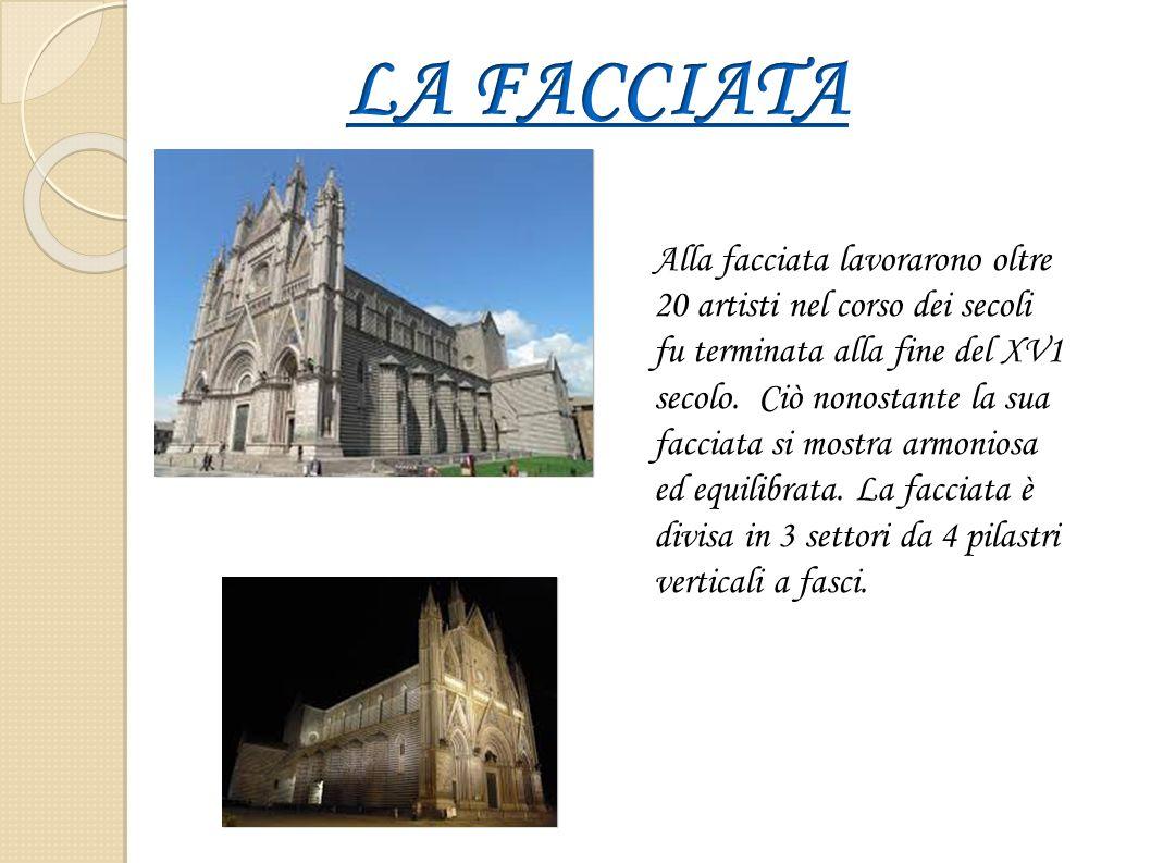 Alla facciata lavorarono oltre 20 artisti nel corso dei secoli fu terminata alla fine del XV1 secolo. Ciò nonostante la sua facciata si mostra armonio
