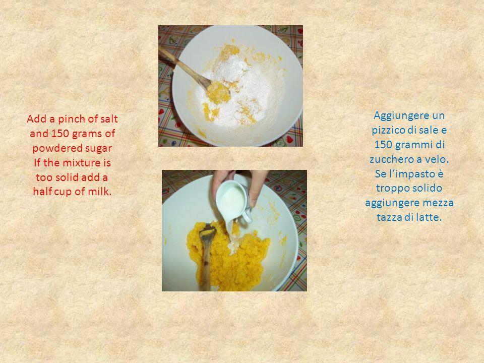 Whisk three whites of egg and add to the mix the pears (previously floured) Monta a neve gli albumi e aggiungere all'impasto le pere (precedentemente infarinate)