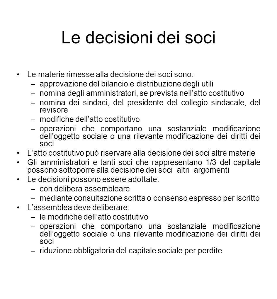 Le decisioni dei soci Le materie rimesse alla decisione dei soci sono: –approvazione del bilancio e distribuzione degli utili –nomina degli amministra