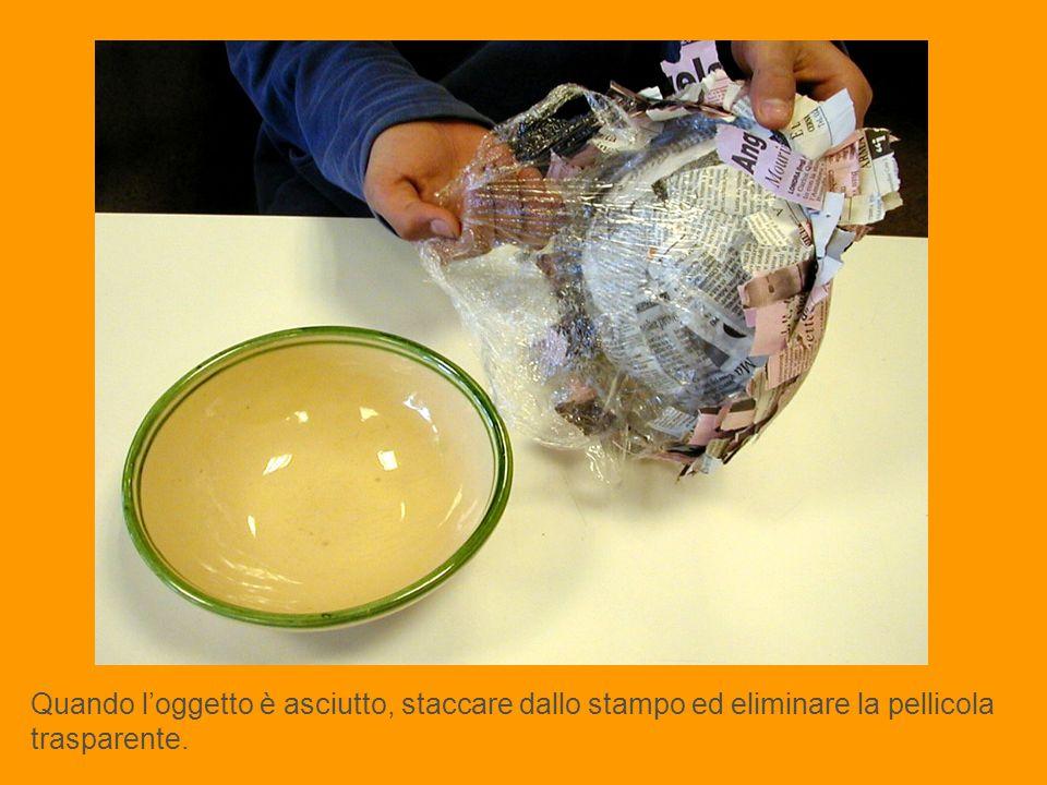Quando l'oggetto è asciutto, staccare dallo stampo ed eliminare la pellicola trasparente.
