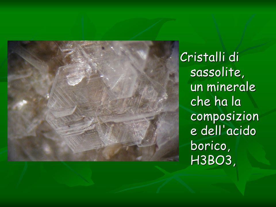 Cristalli di sassolite, un minerale che ha la composizion e dell'acido borico, H3BO3, Cristalli di sassolite, un minerale che ha la composizion e dell