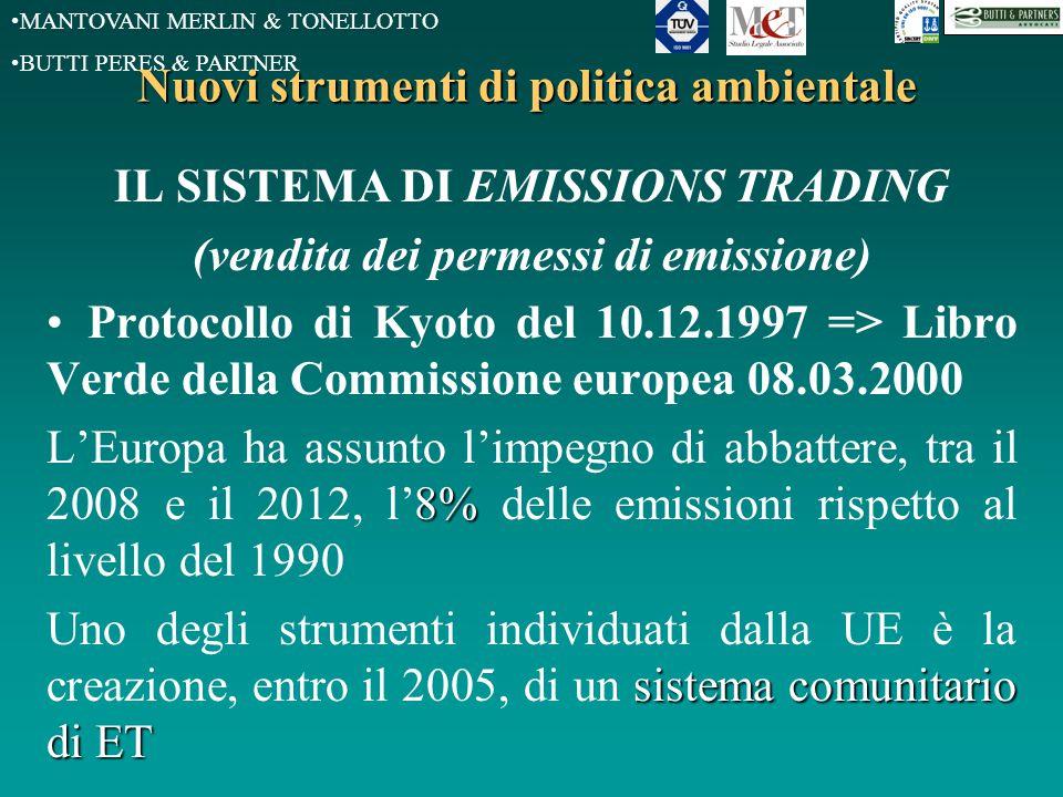 MANTOVANI MERLIN & TONELLOTTO BUTTI PERES & PARTNER Nuovi strumenti di politica ambientale IL SISTEMA DI EMISSIONS TRADING (vendita dei permessi di emissione) Protocollo di Kyoto del 10.12.1997 => Libro Verde della Commissione europea 08.03.2000 8% L'Europa ha assunto l'impegno di abbattere, tra il 2008 e il 2012, l'8% delle emissioni rispetto al livello del 1990 sistema comunitario di ET Uno degli strumenti individuati dalla UE è la creazione, entro il 2005, di un sistema comunitario di ET