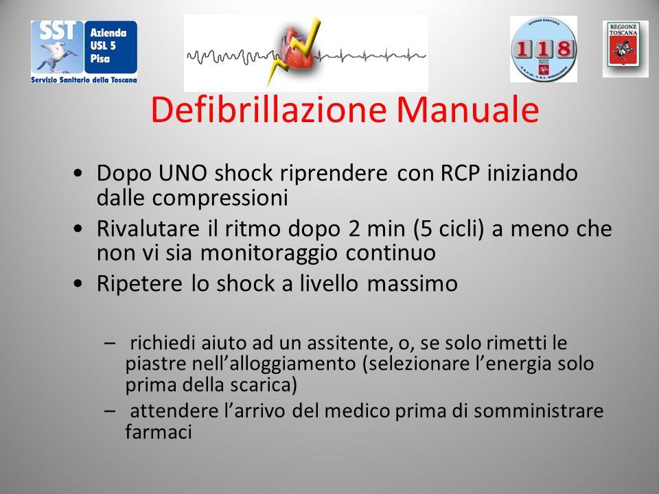 Defibrillazione Manuale Dopo UNO shock riprendere con RCP iniziando dalle compressioni Rivalutare il ritmo dopo 2 min (5 cicli) a meno che non vi sia