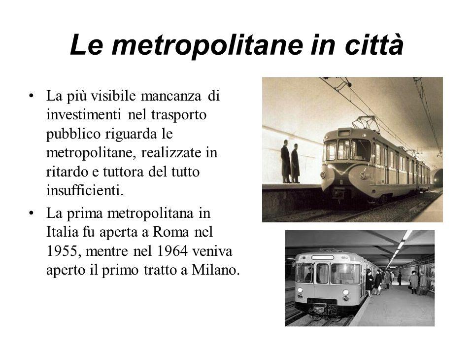 Le metropolitane in città La più visibile mancanza di investimenti nel trasporto pubblico riguarda le metropolitane, realizzate in ritardo e tuttora del tutto insufficienti.