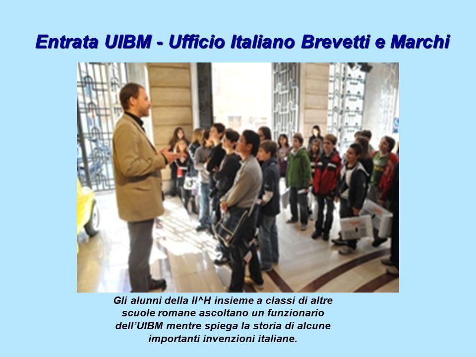 Entrata UIBM - Ufficio Italiano Brevetti e Marchi Gli alunni della II^H insieme a classi di altre scuole romane ascoltano un funzionario dell'UIBM mentre spiega la storia di alcune importanti invenzioni italiane.