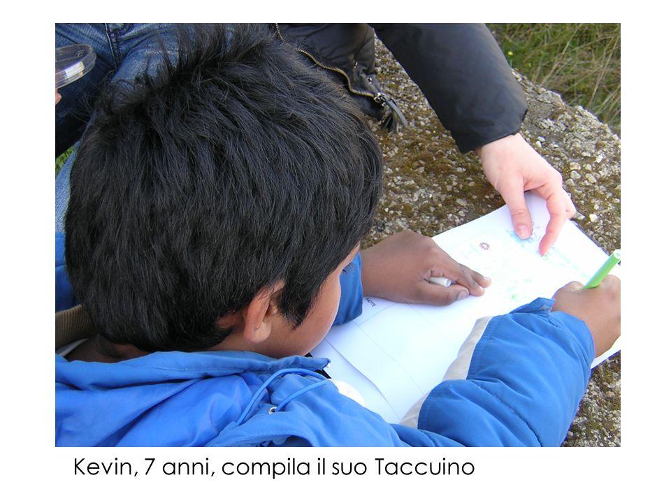 Mario, 7 anni, compila il suo Taccuino con nomi di piante e insetti