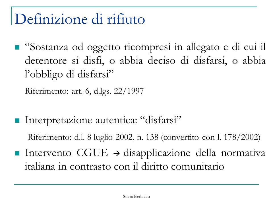 """Silvia Bertazzo Definizione di rifiuto """"Sostanza od oggetto ricompresi in allegato e di cui il detentore si disfi, o abbia deciso di disfarsi, o abbia"""