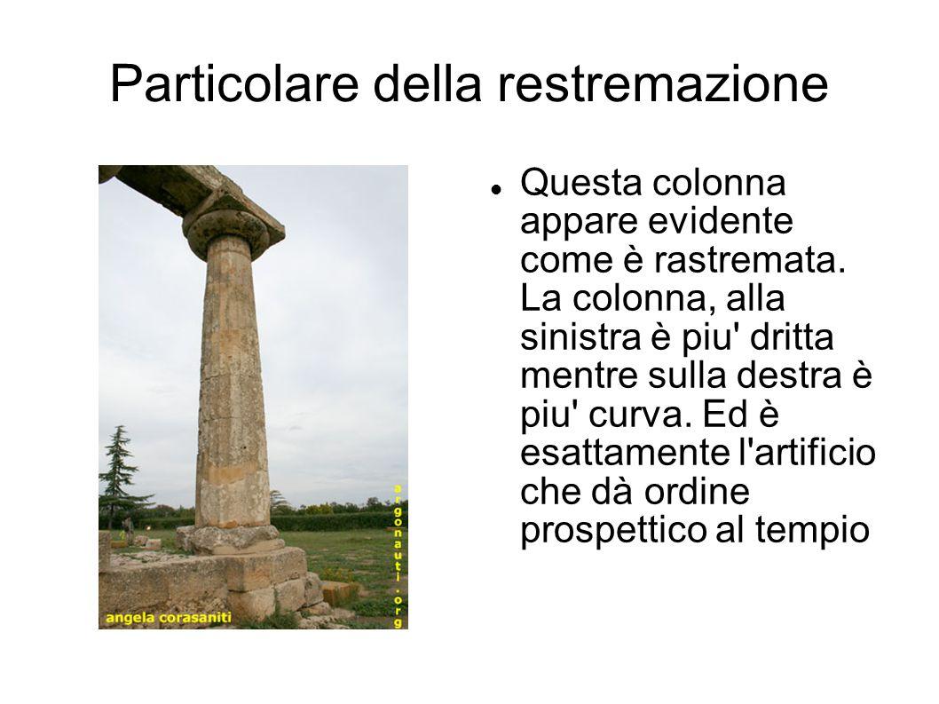 Particolare della restremazione Questa colonna appare evidente come è rastremata. La colonna, alla sinistra è piu' dritta mentre sulla destra è piu' c