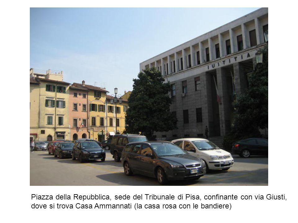 Piazza della Repubblica, sede del Tribunale di Pisa, confinante con via Giusti, dove si trova Casa Ammannati (la casa rosa con le bandiere)