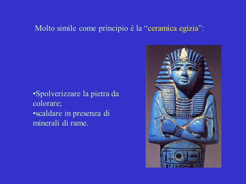 """Molto simile come principio è la """"ceramica egizia"""": Spolverizzare la pietra da colorare; scaldare in presenza di minerali di rame."""