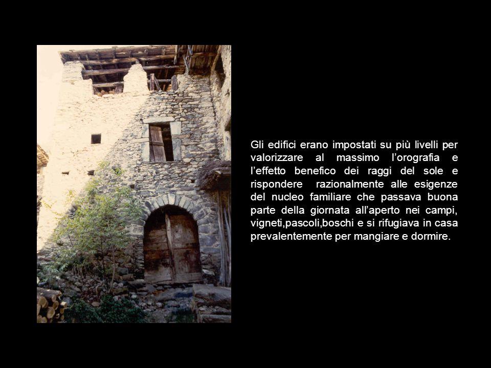 L' origine delle corti risale al 1300, quando le rivali tra Guelfi e Ghibellini si trasformarono in veri e propri atti di vandali) che colpivano i res