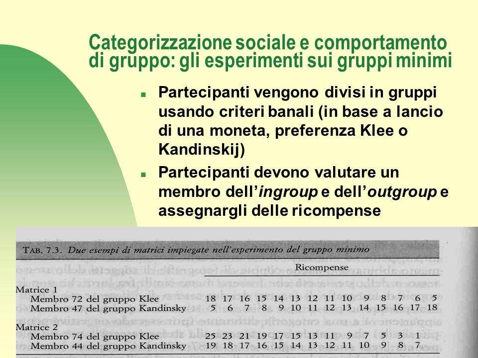Torna alla prima pagina Categorizzazione sociale e comportamento di gruppo: gli esperimenti sui gruppi minimi n Partecipanti vengono divisi in gruppi