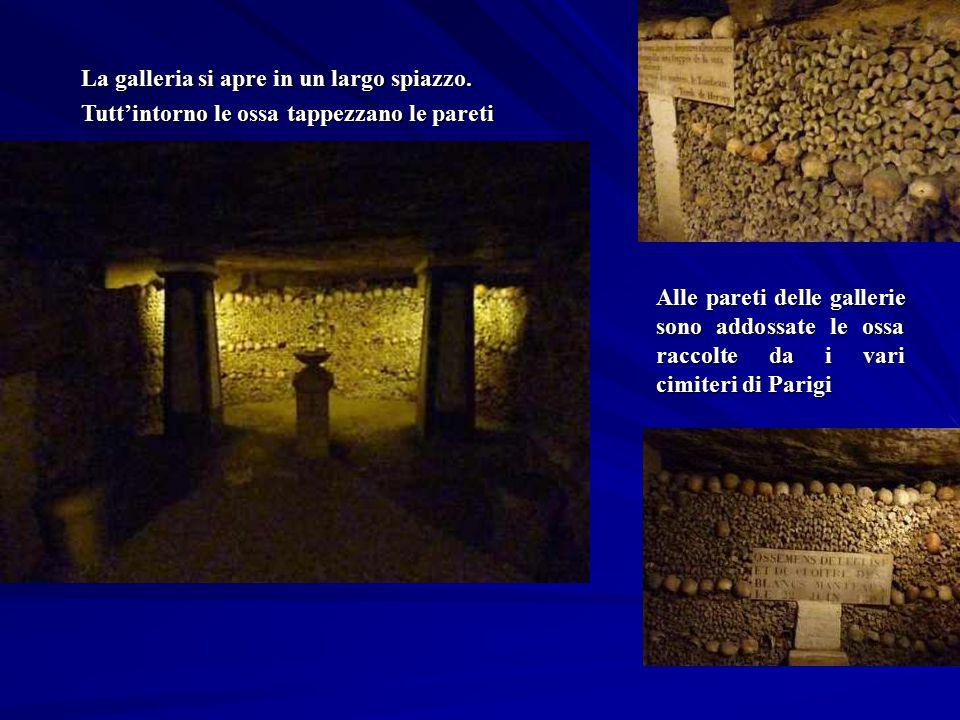 Alle pareti delle gallerie sono addossate le ossa raccolte da i vari cimiteri di Parigi La galleria si apre in un largo spiazzo. Tutt'intorno le ossa