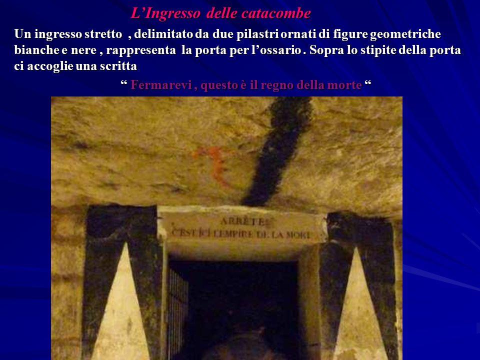 L'Ingresso delle catacombe L'Ingresso delle catacombe Un ingresso stretto, delimitato da due pilastri ornati di figure geometriche bianche e nere, rap