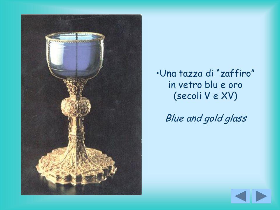 """Una tazza di """"zaffiro"""" in vetro blu e oro (secoli V e XV) Blue and gold glass"""