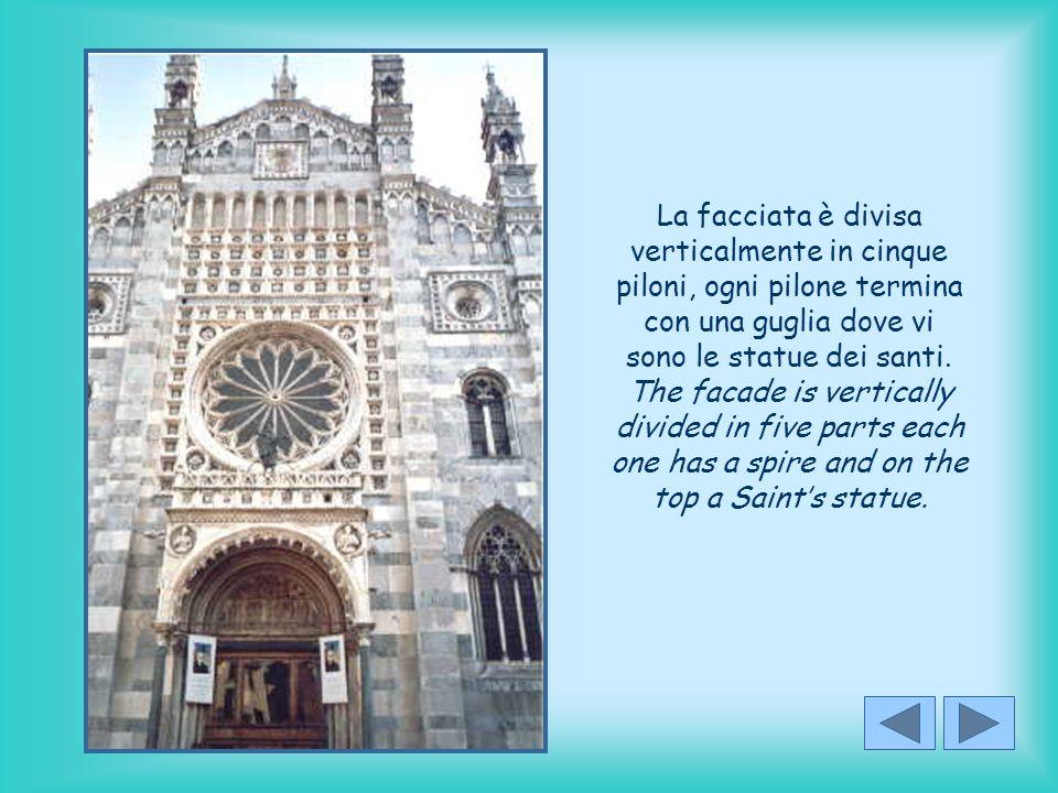 La facciata è divisa verticalmente in cinque piloni, ogni pilone termina con una guglia dove vi sono le statue dei santi.