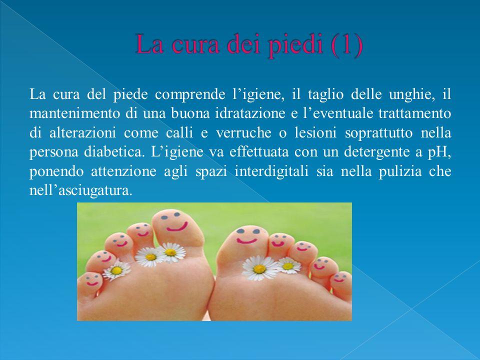 La cura del piede comprende l'igiene, il taglio delle unghie, il mantenimento di una buona idratazione e l'eventuale trattamento di alterazioni come calli e verruche o lesioni soprattutto nella persona diabetica.