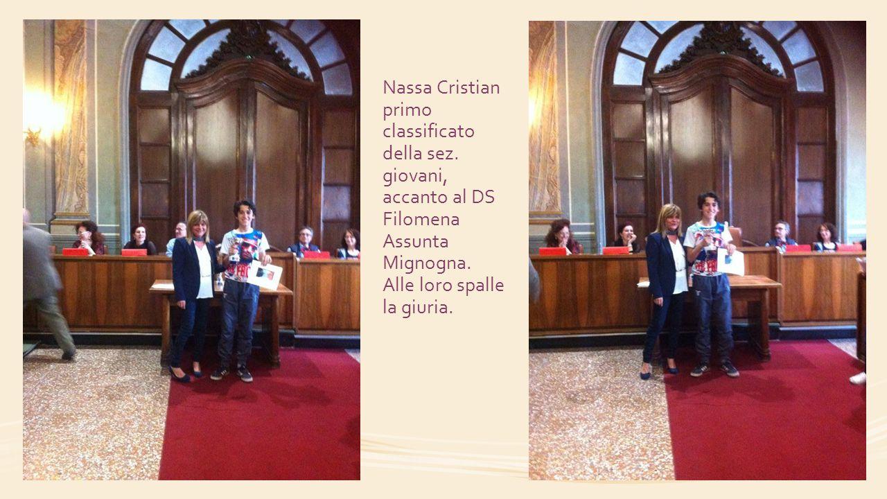 Nassa Cristian primo classificato della sez. giovani, accanto al DS Filomena Assunta Mignogna. Alle loro spalle la giuria.