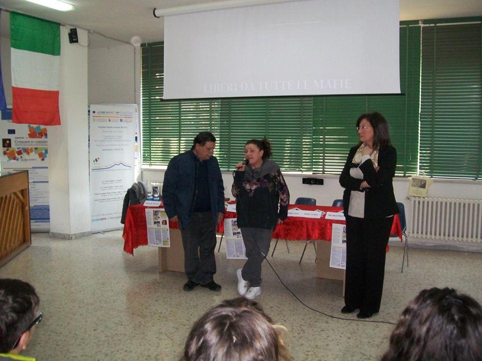 La Sig. Mariarosaria Evangelista, madre di Gigi Sequino, e il sig. Vincenzo Castaldi, papà di Paolo Castaldi