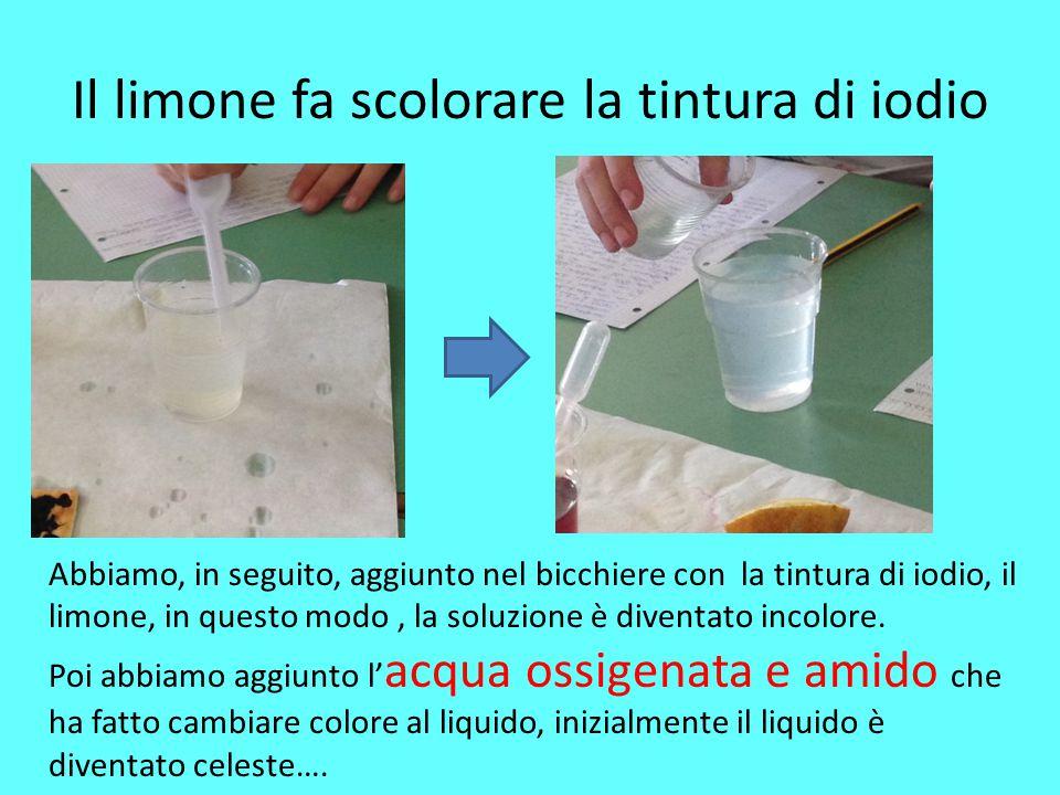 Il limone fa scolorare la tintura di iodio Abbiamo, in seguito, aggiunto nel bicchiere con la tintura di iodio, il limone, in questo modo, la soluzion