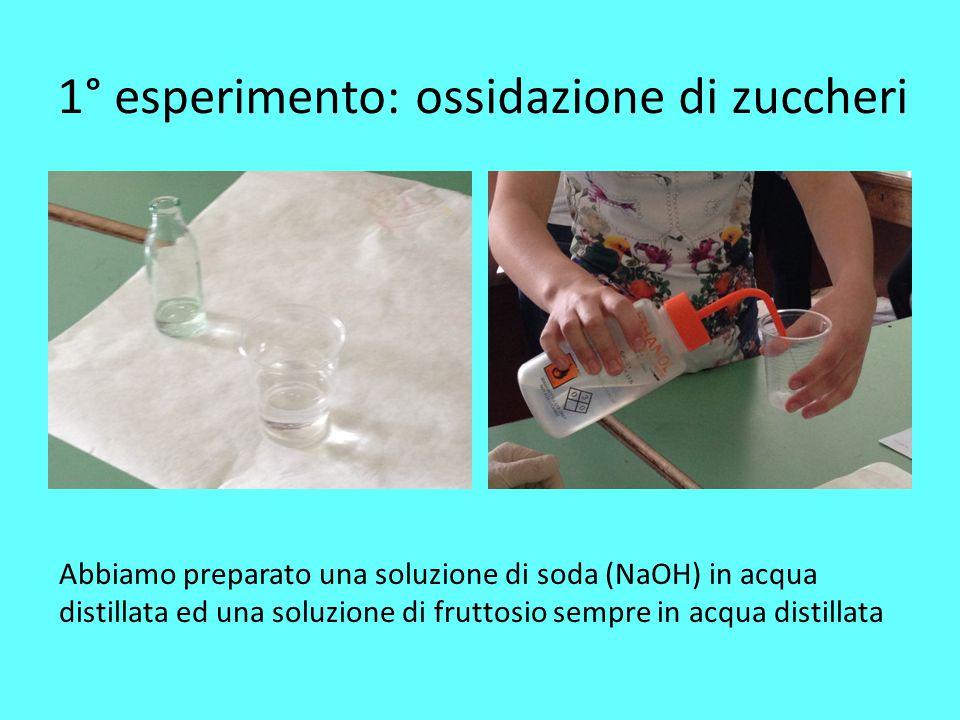 1° esperimento: ossidazione di zuccheri Abbiamo preparato una soluzione di soda (NaOH) in acqua distillata ed una soluzione di fruttosio sempre in acq