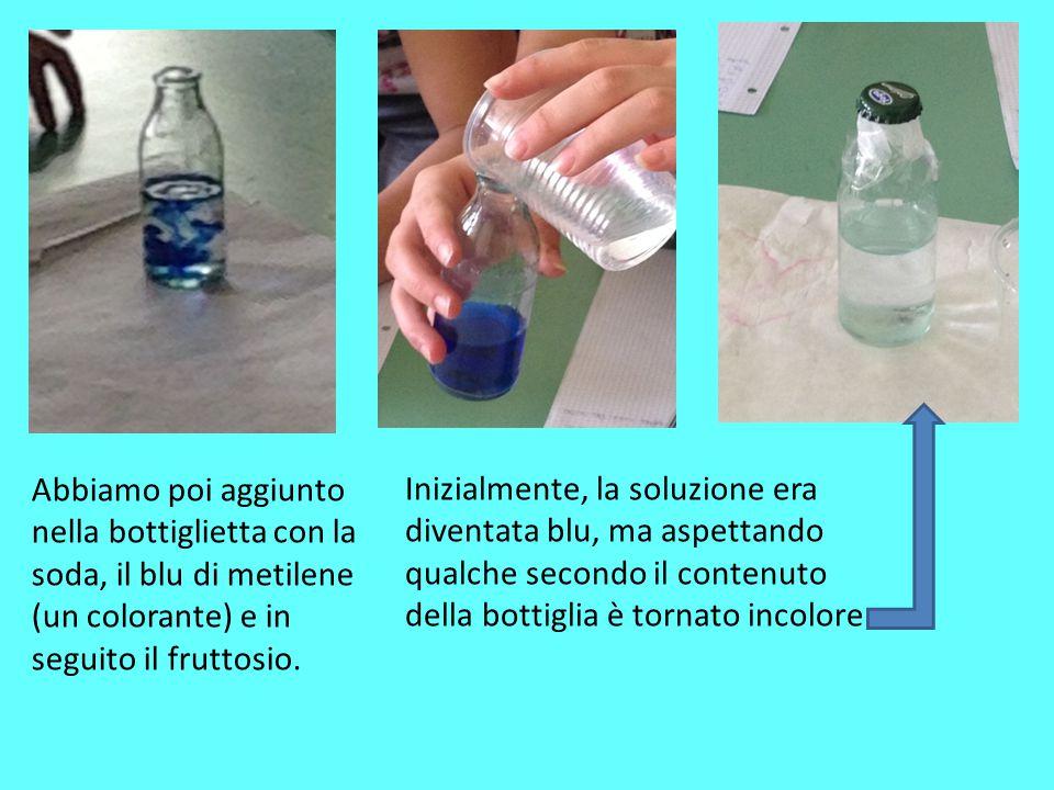 Abbiamo poi aggiunto nella bottiglietta con la soda, il blu di metilene (un colorante) e in seguito il fruttosio. Inizialmente, la soluzione era diven