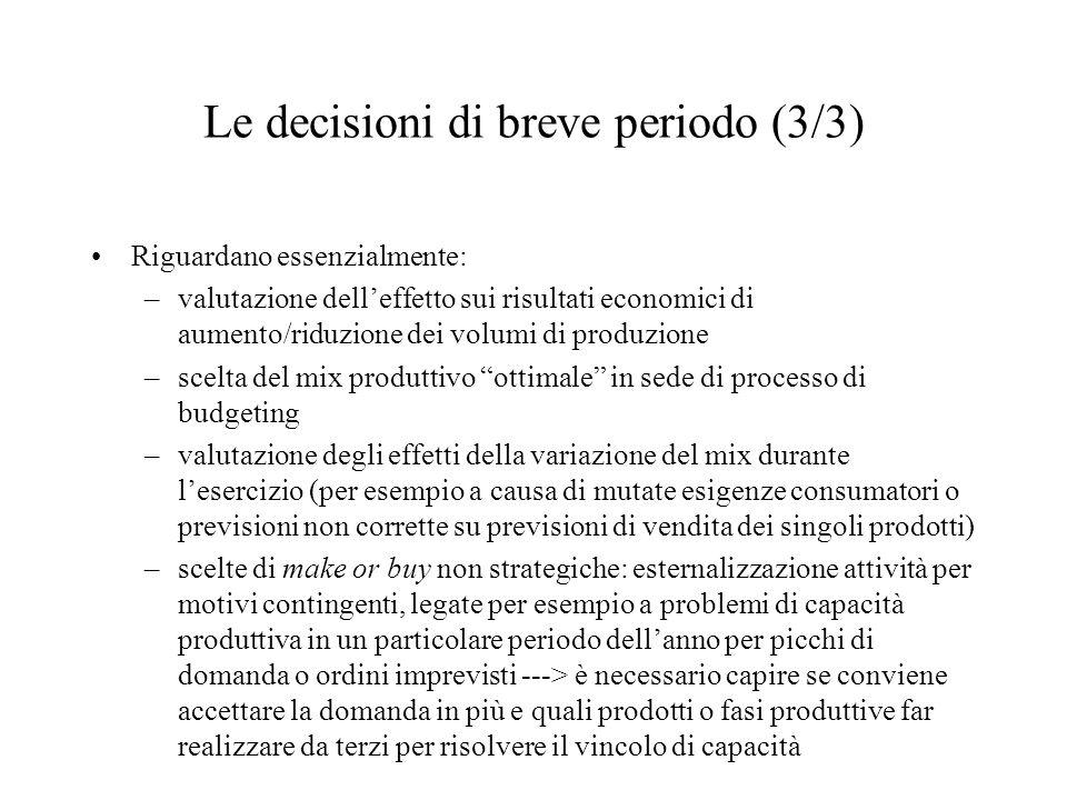 Le decisioni di breve periodo (3/3) Riguardano essenzialmente: –valutazione dell'effetto sui risultati economici di aumento/riduzione dei volumi di pr