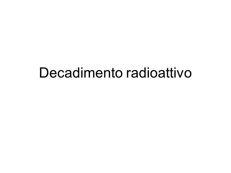 La radioattività, o decadimento radioattivo, è un insieme di processi tramite i quali dei nuclei atomici instabili emettono particelle subatomiche per raggiungere uno stato di stabilità Non e' possibile prevedere il momento esatto in cui un atomo instabile decadrà in uno più stabile, MA
