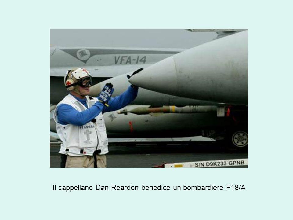 Il cappellano Dan Reardon benedice un bombardiere F18/A