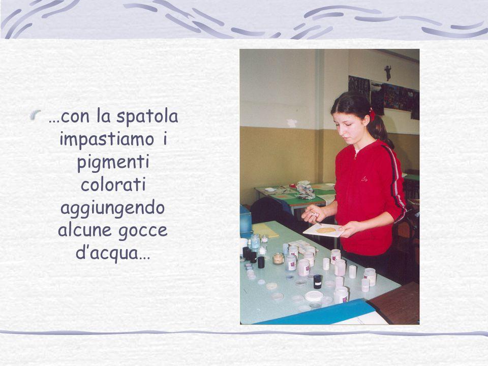 …con la spatola impastiamo i pigmenti colorati aggiungendo alcune gocce d'acqua…